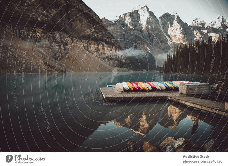 Boote auf dem Pier am See Wasserfahrzeug Anlegestelle Natur grün Aussicht Berge u. Gebirge Hügel Klippe Felsen Pflanze schön natürlich Reihe Jahreszeiten frisch
