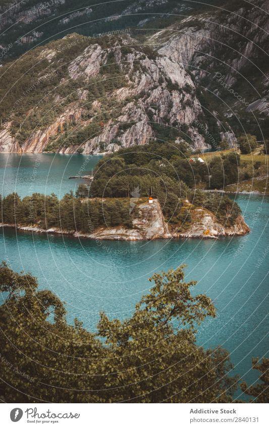 Kleine Insel am See blau Natur grün Aussicht Berge u. Gebirge Hügel Klippe Felsen Pflanze schön natürlich Jahreszeiten frisch Umwelt Wald mehrfarbig Licht