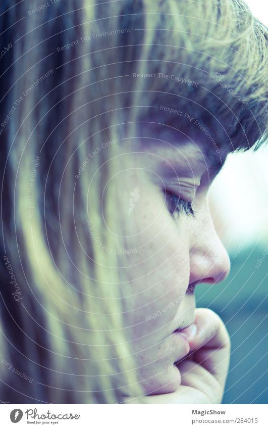 Thinking deeply feminin Junge Frau Jugendliche Haut Haare & Frisuren Auge Nase Mund Hand 1 Mensch 18-30 Jahre Erwachsene blond Pony grün weiß Stress Traurigkeit