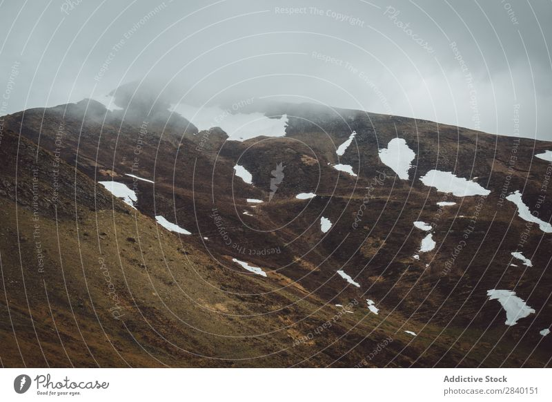 Nebliger Hügel mit Schnee Natur grün Aussicht Berge u. Gebirge Klippe Winter Felsen schön natürlich Jahreszeiten frisch Umwelt Nebel mehrfarbig Licht