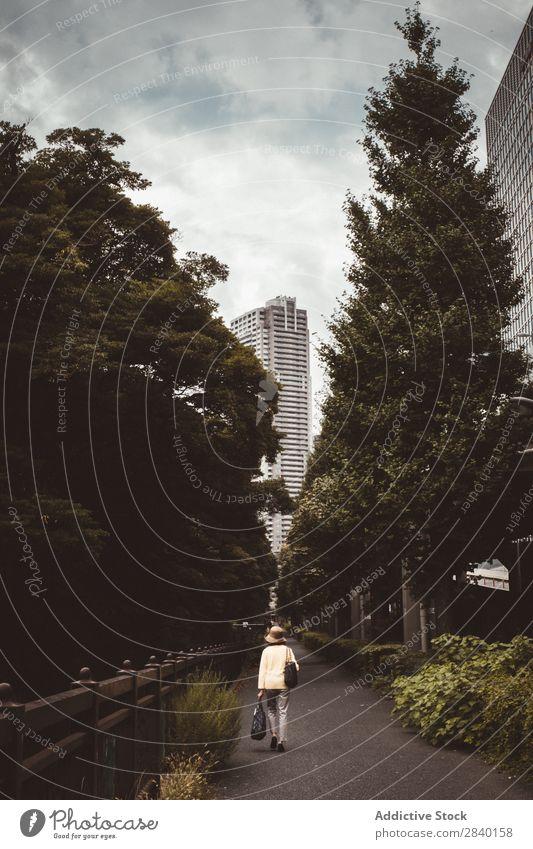 Frau auf der Gasse in der Stadt Großstadt Straße Baum laufen Gebäude Bürgersteig Park Ferien & Urlaub & Reisen Licht Haus Perspektive grün Wege & Pfade