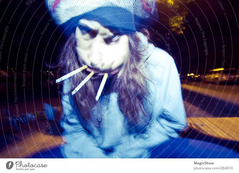 Verrücktheit mit drei Zigaretten Mensch Frau blau Erwachsene Gesicht feminin Bewegung lustig orange verrückt Rauchen fantastisch gruselig brünett skurril böse