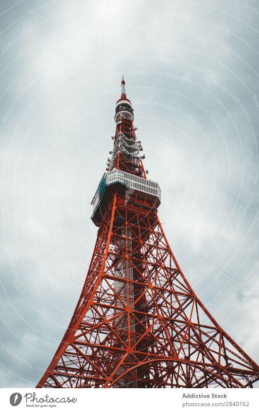 Großer roter Telekommunikationsturm Turm Großstadt Wolken Himmel Technik & Technologie Mitteilung Netzwerk Antenne Rundfunksendung global Gerät Gebäude Sender