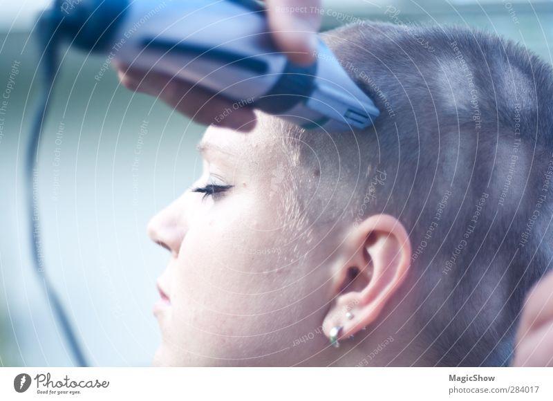 Fenster in den Kopf rasiert Haare & Frisuren Gesicht feminin Junge Frau Jugendliche Erwachsene Ohr 1 Mensch 13-18 Jahre Kind 18-30 Jahre schön weich blau grün