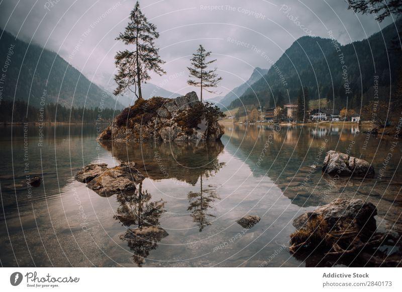 Felsen mit Bäumen im See Berge u. Gebirge Baum Insel Landschaft Reflexion & Spiegelung Panorama (Bildformat) Tourismus ruhig Abenteuer friedlich Tal natürlich