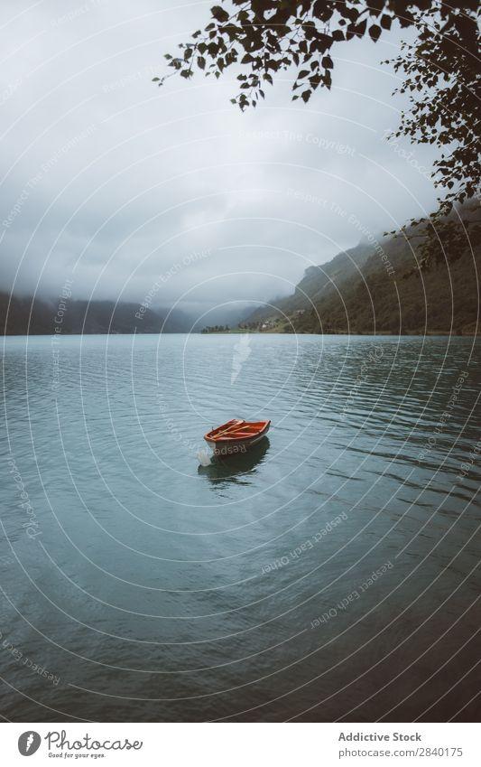 Kleines Ruderboot im norwegischen Fjord Reflexion & Spiegelung Freizeit & Hobby Aussicht sitzen Natur Ferien & Urlaub & Reisen Teich stehen