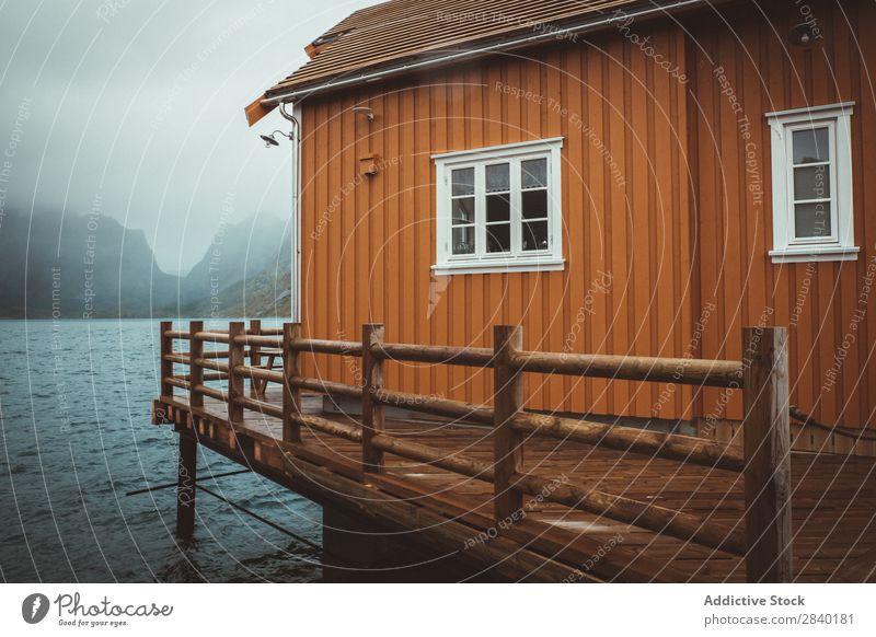 Typische norwegische Kabine in Reine, Lofote, Norwegen Landschaft Wasser Berge u. Gebirge Skandinavien Meer