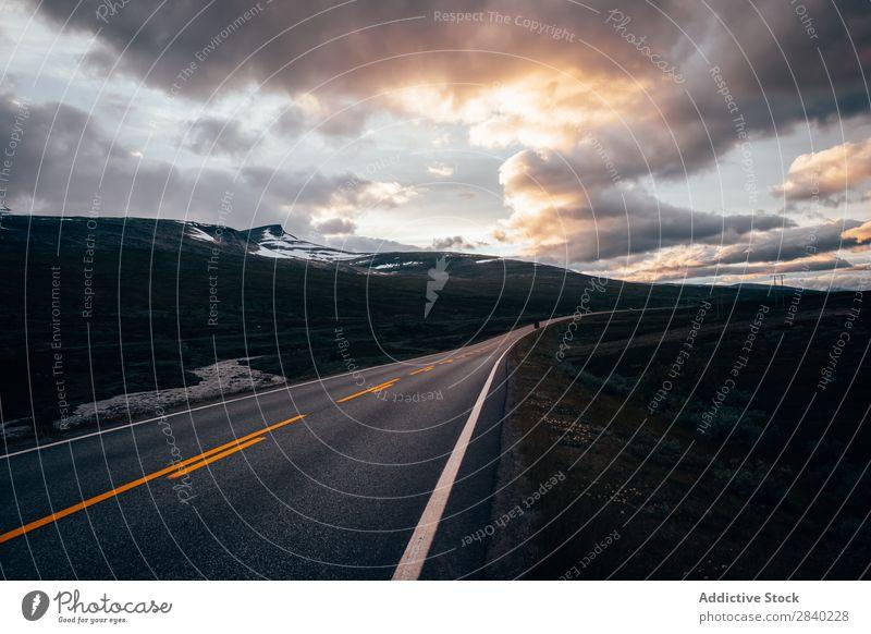 Gepflasterte Autobahn in der Ebene Berge u. Gebirge Tal Landschaft Panorama (Bildformat) Abenteuer ländlich Ferien & Urlaub & Reisen Tourismus Kurve Natur