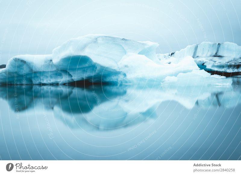 Gletscher in Island Strand schwarzer Sand schwarzer Sandstrand kalt Textfreiraum glazial horizontal Eis Eisberg jokulsarlon Landschaft Natur Winter