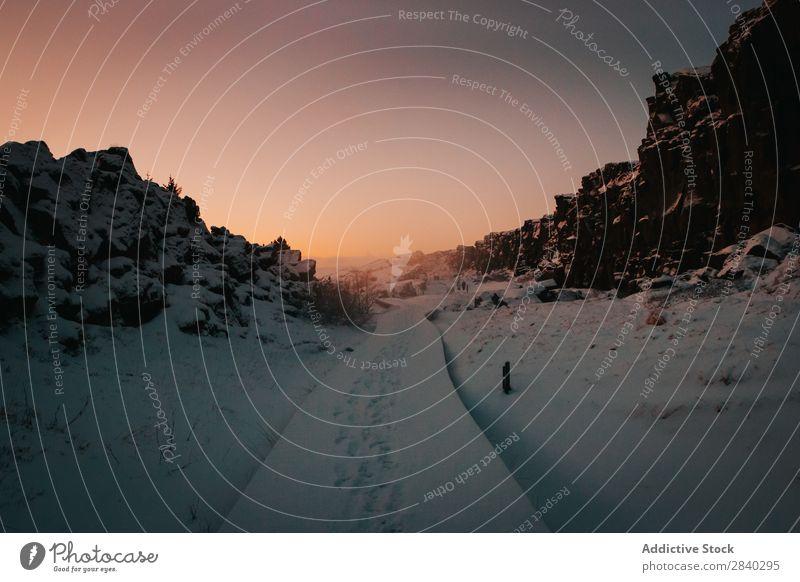 Verschneiter Weg in den Bergen Schnee Berge u. Gebirge Fußstapfen Wege & Pfade Jahreszeiten Sonnenuntergang Wetter Spur gefroren Winter weiß Bahn Fußweg