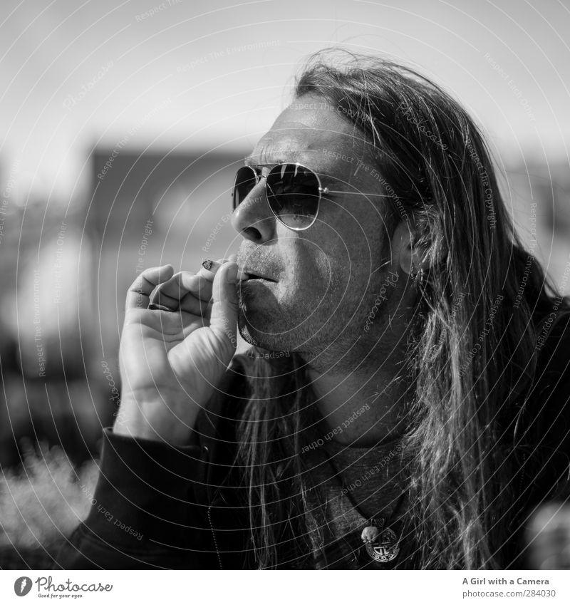 chillen Mensch Mann schön Hand Erwachsene Leben Haare & Frisuren blond Zufriedenheit maskulin Coolness einzigartig Rauchen Tabakwaren trendy langhaarig