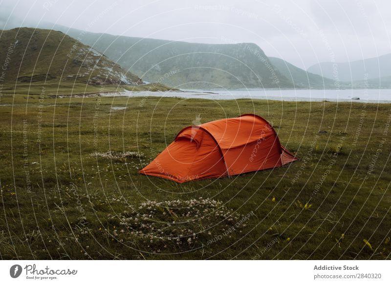 Rotes Zelt im Raum Uttakleiv, Norwegen Ferien & Urlaub & Reisen Meer Utakleiv lofoten Fjord Landschaft uttakleiv Skandinavien Aussicht Küste ruhig Strand