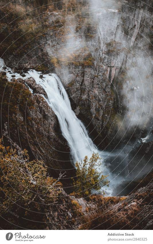 Wasserfall in einer felsigen Klippe. Voringfoss, Norwegen Nebel kampfstark Natur strömen Wahrzeichen Ferien & Urlaub & Reisen