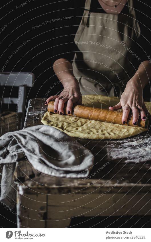 Getreidefrau beim Kneten von Teig Mensch kochen & garen Teigwaren kneten rustikal Mehl Lebensmittel rollierend Anstecknadel Küchenchef Bäckerei Backwaren Koch