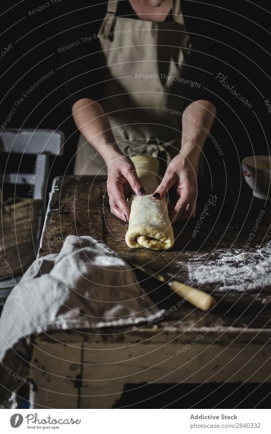 Frau macht süßes Gebäck Mensch kochen & garen Teigwaren kneten rustikal Mehl Lebensmittel rollierend Küchenchef Bäckerei Backwaren Koch Tisch machen Brot