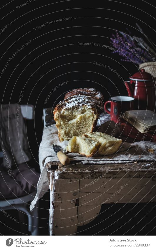 Süßer Kuchen auf rustikalem Tisch süß Backwaren lecker Zucker Pulver Dessert Lebensmittel frisch geschmackvoll gebastelt Feinschmecker Bäckerei Snack Frühstück