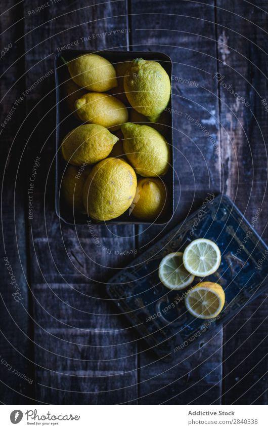 Leckere Zitronen auf Holztisch frisch geschmackvoll Frucht Lebensmittel Gesundheit Zitrusfrüchte gelb süß organisch reif saftig Scheibe Vitamin natürlich
