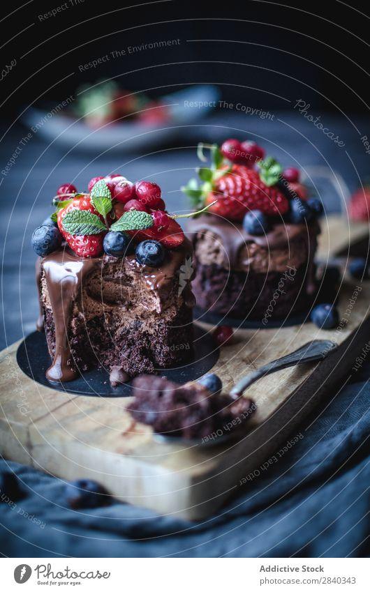 Süße Kuchen mit Beeren verziert süß Backwaren rustikal lecker serviert Schokolade appetitlich Dessert Lebensmittel frisch geschmackvoll gebastelt Feinschmecker