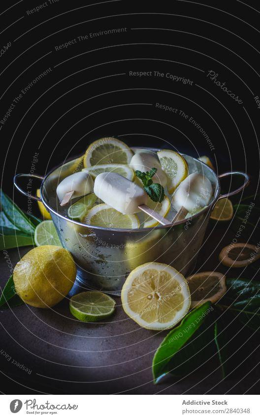 Leckeres Eis mit Zitrone Speiseeis gebastelt süß Lebensmittel Dessert kalt cremig Molkerei Blatt grün gefroren Feinschmecker lecker Erfrischung Geschmack Sorbet