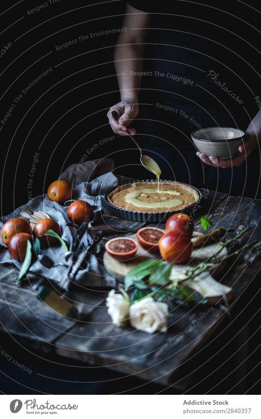 Kochen, Pudding auf Törtchen legen süß Backwaren rustikal lecker Mensch Torte Vanillepudding Creme Putten Dessert Lebensmittel frisch geschmackvoll gebastelt