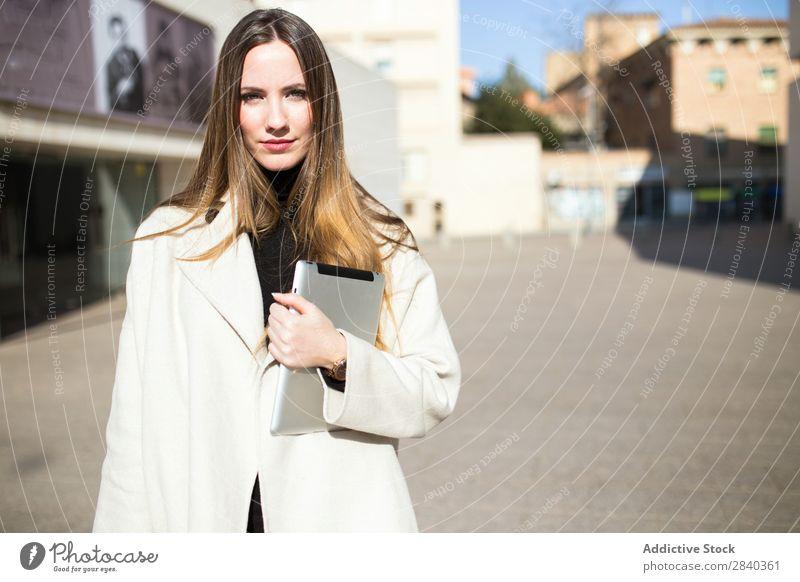Elegante Geschäftsfrau auf der Straße Frau Tablet Computer Business Jugendliche Blick in die Kamera Porträt Großstadt elegant trendy niedlich schön Mädchen
