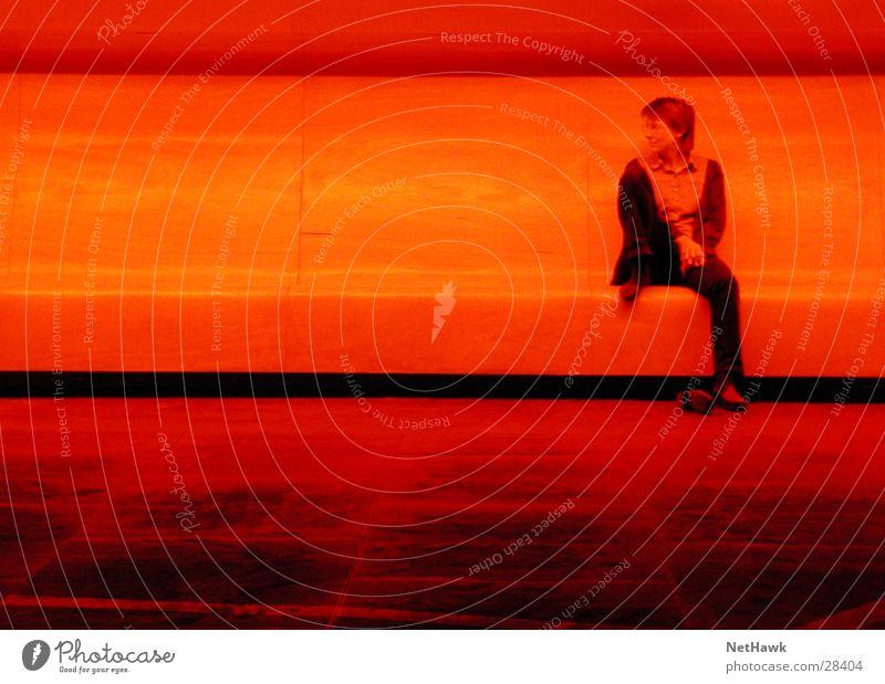 Red Light Frau rot dunkel Bank sitzen warten