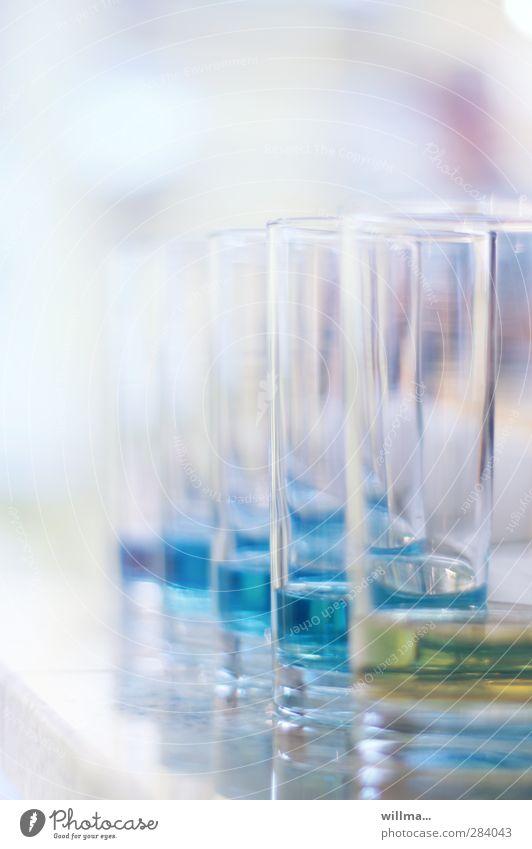 Wassergläser mit blauer Flüssigkeit Glas Alkohol Wissenschaften Labor hell gelb Qualität Sucht Wasserprobe Chemie Kontrolle Experiment Gift Substanz