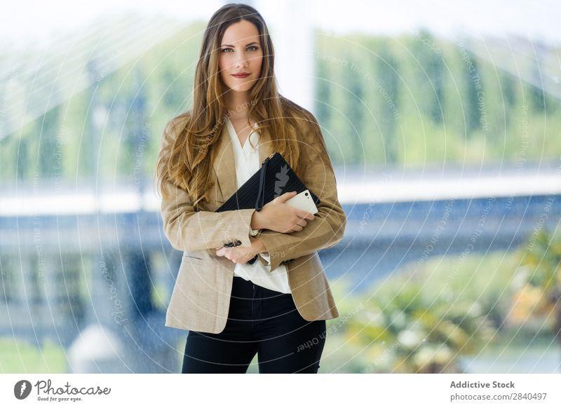 Schöne junge Geschäftsfrau, die vor die Kamera schaut. Frau modern Jugendliche Bekleidung attraktiv Kragen Business Erwachsene Beruf 1 Kaukasier Mitarbeiter