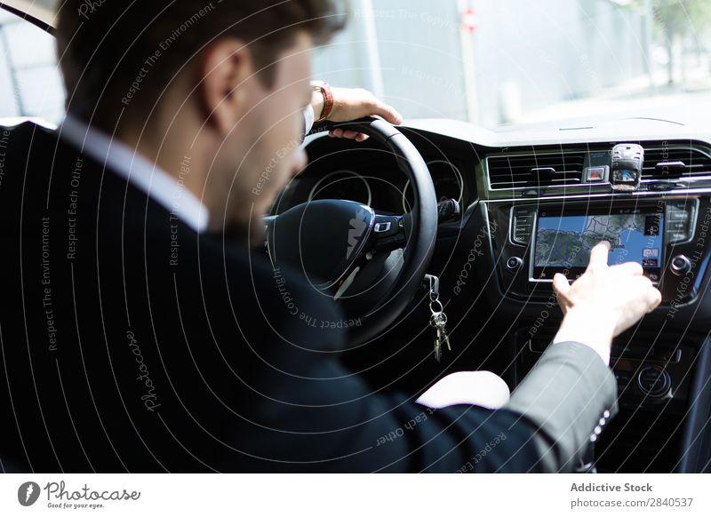 Mann mit Navigator im Auto PKW Navigation Geschäftsmann Technik & Technologie Richtung Verkehr Anzug Ferien & Urlaub & Reisen Fahrer Touchscreen Business System