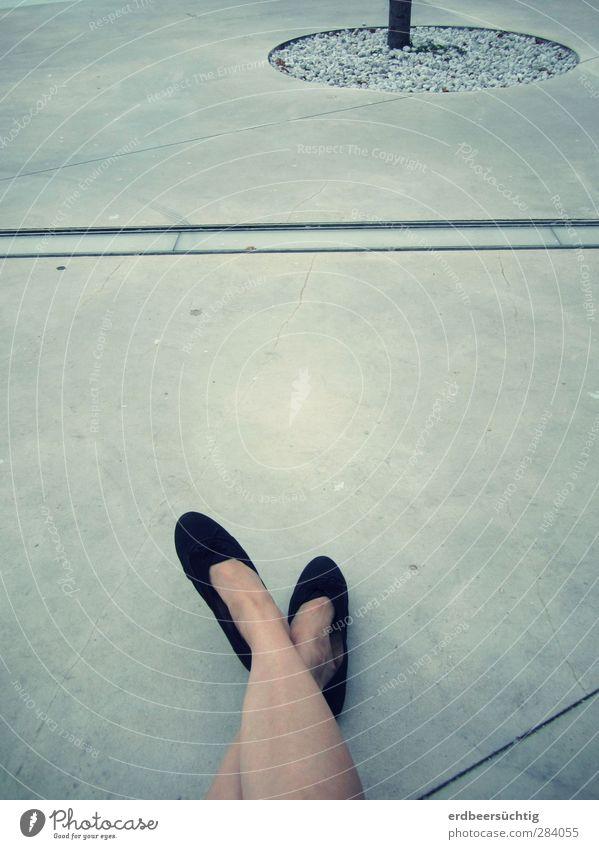 Streik Beine Fuß Platz Wege & Pfade Schuhe unten feminin grau Boden Beton Erholung Kies Linie Stadt Pause Gedeckte Farben Außenaufnahme Textfreiraum Mitte
