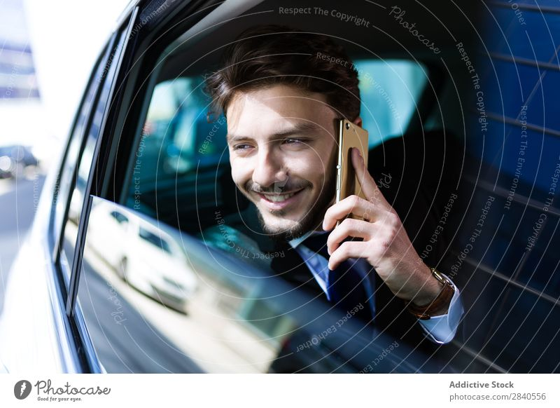 Lächelnder Geschäftsmann beim Telefonieren im Auto Mann Telefongespräch PKW Erfolg heiter Arbeit & Erwerbstätigkeit PDA Mitteilung benutzend Internet Business