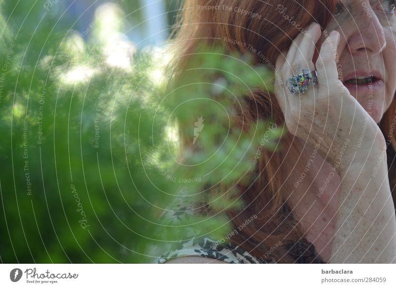 weiblich | Lady likes to wear diamonds Frau grün Hand Sommer Erwachsene Umwelt feminin Leben sprechen Senior Kopf Stil Garten Denken Zeit Zusammensein