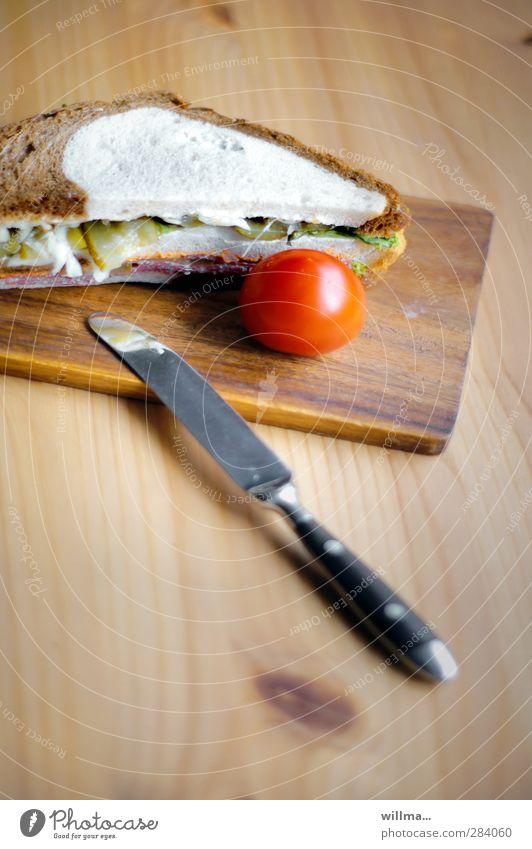 na schnitte, schon belegt? Wurstwaren Brot Tomate Belegtes Brot Gurkenscheibe Weißbrot Schwarzbrot Ernährung Frühstück Abendessen Messer Holz lecker