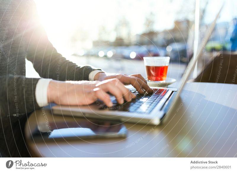 Hände des Schreibenden Mannes Hand Tippen Notebook Mitteilung Browsen Café Mensch Geschäftsmann Gerät Computer Business gutaussehend Technik & Technologie