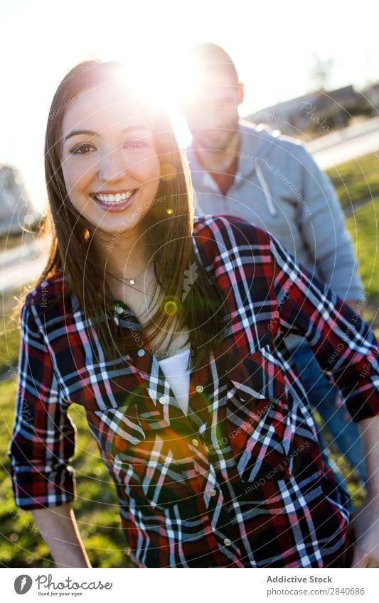 Ein glückliches junges Paar, das Spaß in einem Park hat. lachen Lächeln Ferien & Urlaub & Reisen ruhig Erholung Junge Sommer lässig niedlich Jugendliche