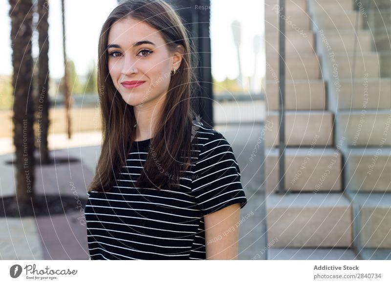 Porträt einer schönen jungen Frau, die auf der Straße posiert. Mädchen Mode Model Stadt Jugendliche Stil lässig Kaukasier traumhaft natürlich attraktiv Ausdruck
