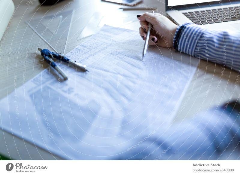 Junge Architekten, die zu Hause arbeiten, zeichnen Pläne. heimwärts Frau Arbeit & Erwerbstätigkeit Zeichnung Plan Büro Notebook Business Schreibtisch