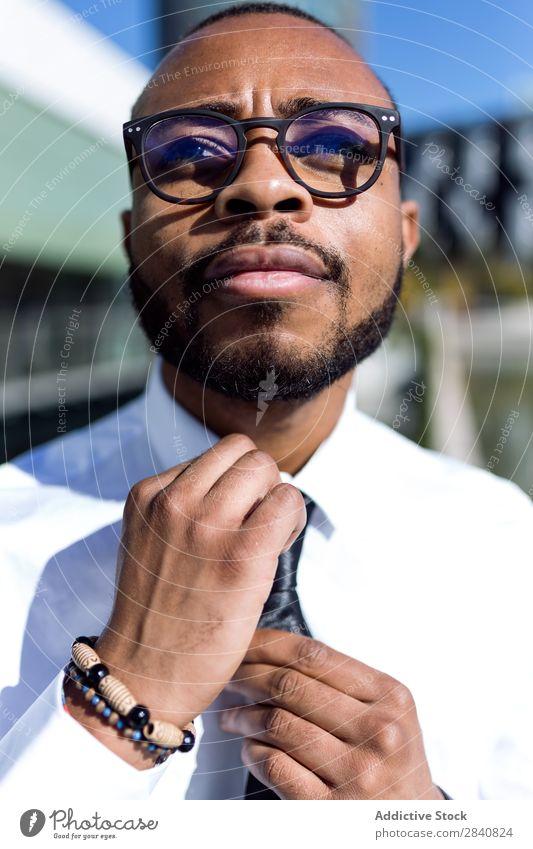 Junger stilvoller Mann mit Krawatte gelungen trendy Mode Bekleidung modisch Erfolg Erwachsene Porträt Anzug Stil selbstbewußt Geschäftsleute Afrikanisch schwarz
