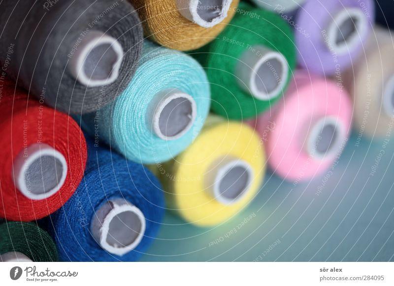 multicolor-Nähgarn Schneider Mode Bekleidung trendy blau mehrfarbig grün rosa rot Kreativität Freizeit & Hobby Schneidern Nähen knallig Farbfoto Innenaufnahme