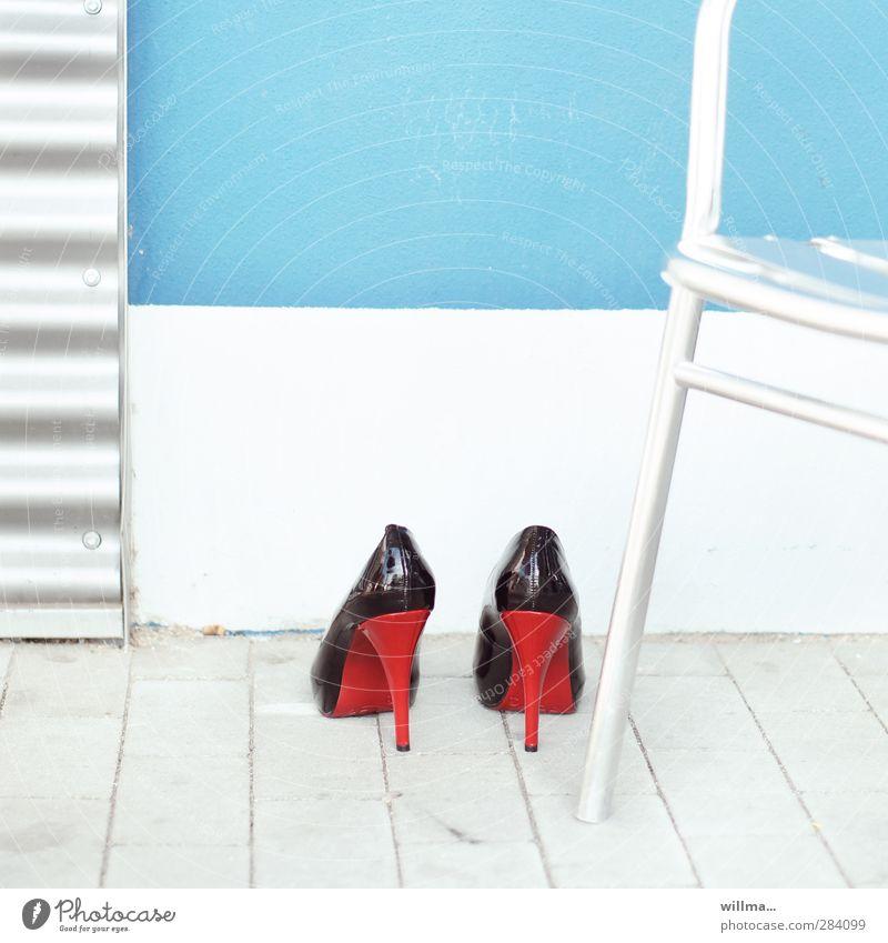 Auf dem Absatzmarkt Damenschuhe Schuhe elegant feminin rot schwarz Lackleder glänzend Schuhabsatz Markt hell hochhackig Absatzwirtschaft Highheels High Heels