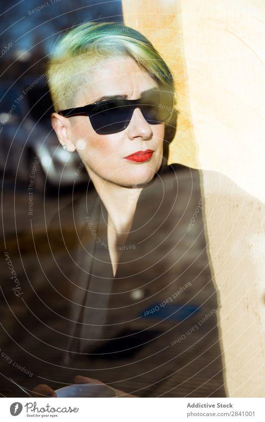 Hübsche erwachsene Frau mit Sonnenbrille Erwachsene hübsch Geschäftsfrau Fenster selbstbewußt Business grün Behaarung Porträt Mensch professionell Exekutive