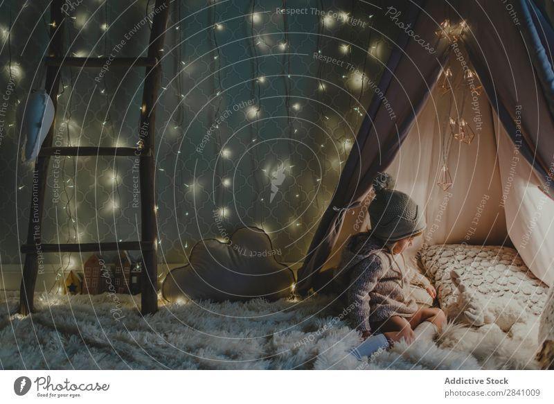 Kleinkind beim Spielen in einem beleuchteten Zelt Weihnachten & Advent Mädchen seltsam klein Märchen weiß Hauseingang Kindheit Freude Imaginär entdeckend