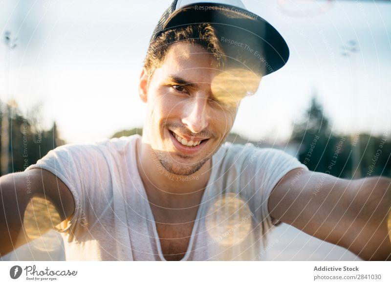 Chico Parkour Mann Raster Lächeln heiter Glück Blick in die Kamera Coolness Körperhaltung Sonnenuntergang Mensch laufen selbstbewußt gutaussehend Stadt Porträt