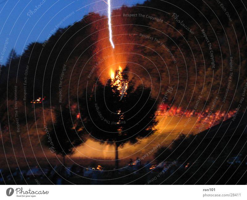 Behind The Tree Blitze Baum schwarz Nacht Brand Höhenfeuer blau brennen Flash