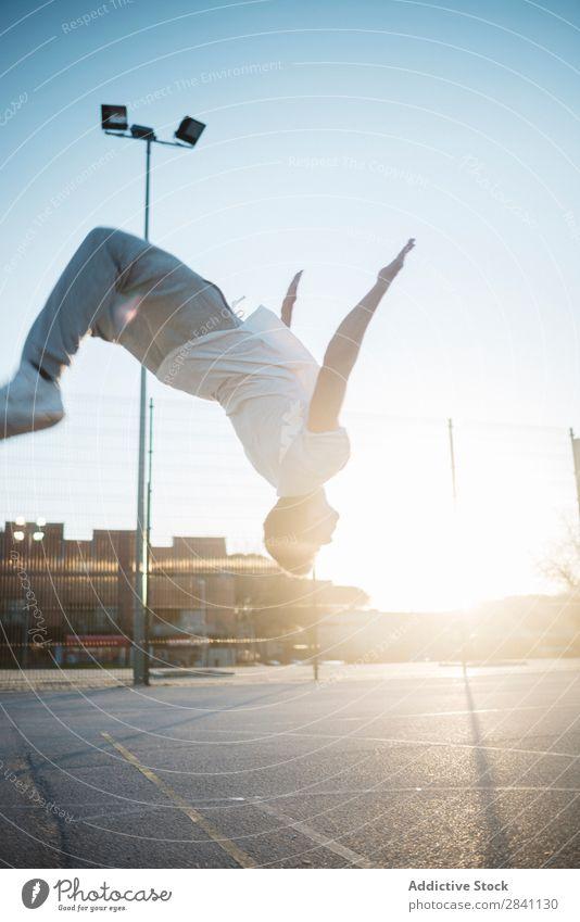 Chico Parkour Rückwärtssalto Mann Le Parkour hintergrundbeleuchtet Sport Jugendliche Lifestyle springen Mensch Aktion Athlet Höhe Fitness Großstadt Straße