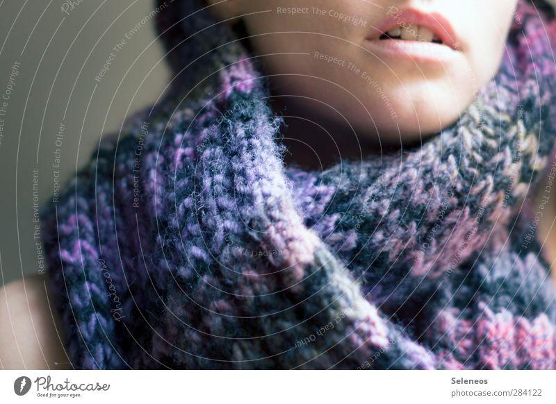 verstrickt und zugenäht Mensch Frau Erwachsene Gesicht Wärme feminin Herbst Haut Mund Erkältung Zähne Lippen kuschlig Schal Wolle stricken