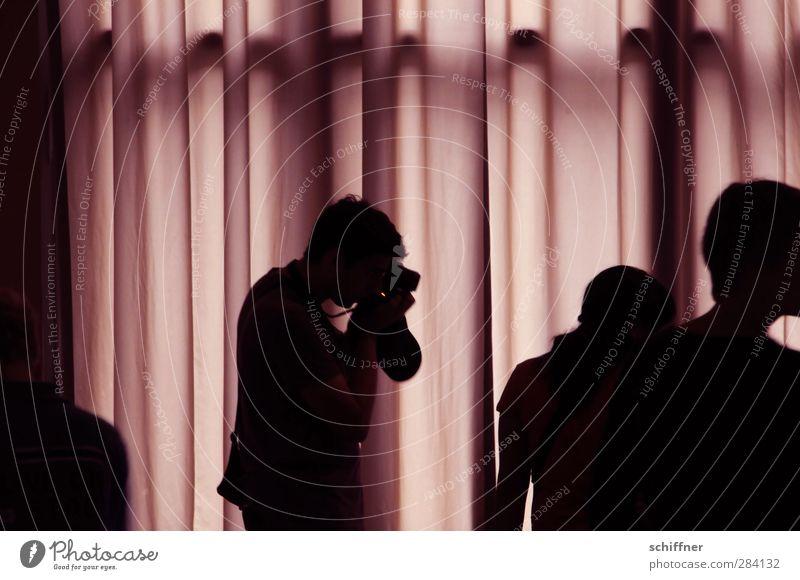 Immer diese Paparazzi... Mensch 3 violett rosa schwarz geheimnisvoll Menschengruppe Fotografie Fotografieren Paparazzo Silhouette Vorhang Falte Faltenwurf