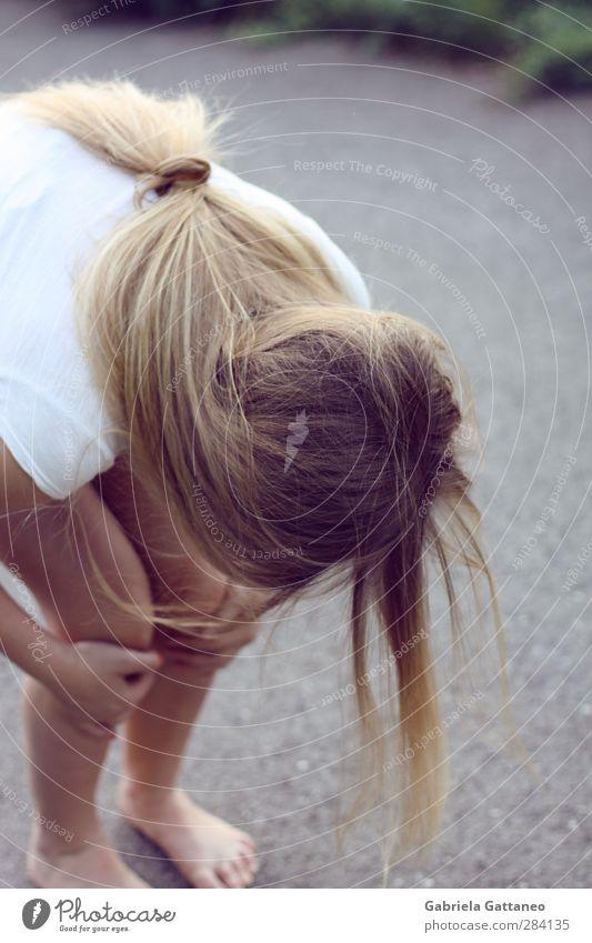 Absprung feminin Mädchen Junge Frau Jugendliche Haare & Frisuren 1 Mensch 13-18 Jahre Kind blond langhaarig kalt klein Haarsträhne Beteiligung Gedeckte Farben