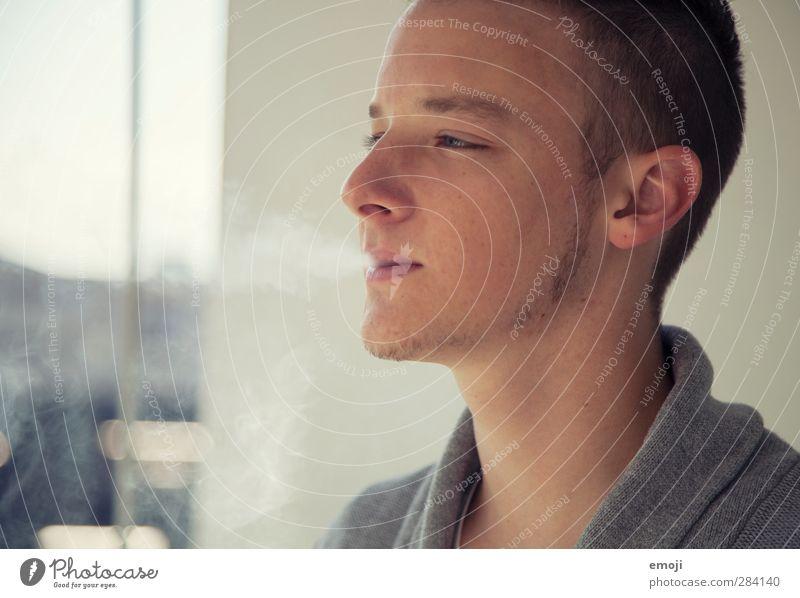 Balkon maskulin Junger Mann Jugendliche 1 Mensch 18-30 Jahre Erwachsene Bart grau Rauchen Rauchwolke Farbfoto Gedeckte Farben Außenaufnahme Tag