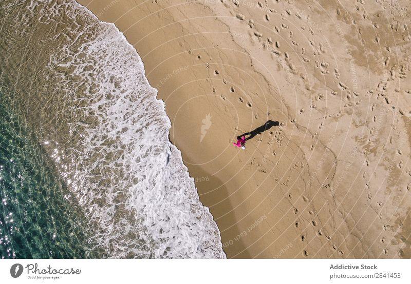 Fotografische Luftaufnahme einer Frau beim Laufen. oben Aktion Fluggerät Athlet Strand üben sportlich Fitness Mädchen Gesundheit Jogger Joggen Lifestyle